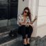 Legeres Outfit: schwarze Hose und Shirt mit floralem Print