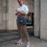 Karierte Hose, weißes Hemd und ugly Sneakers