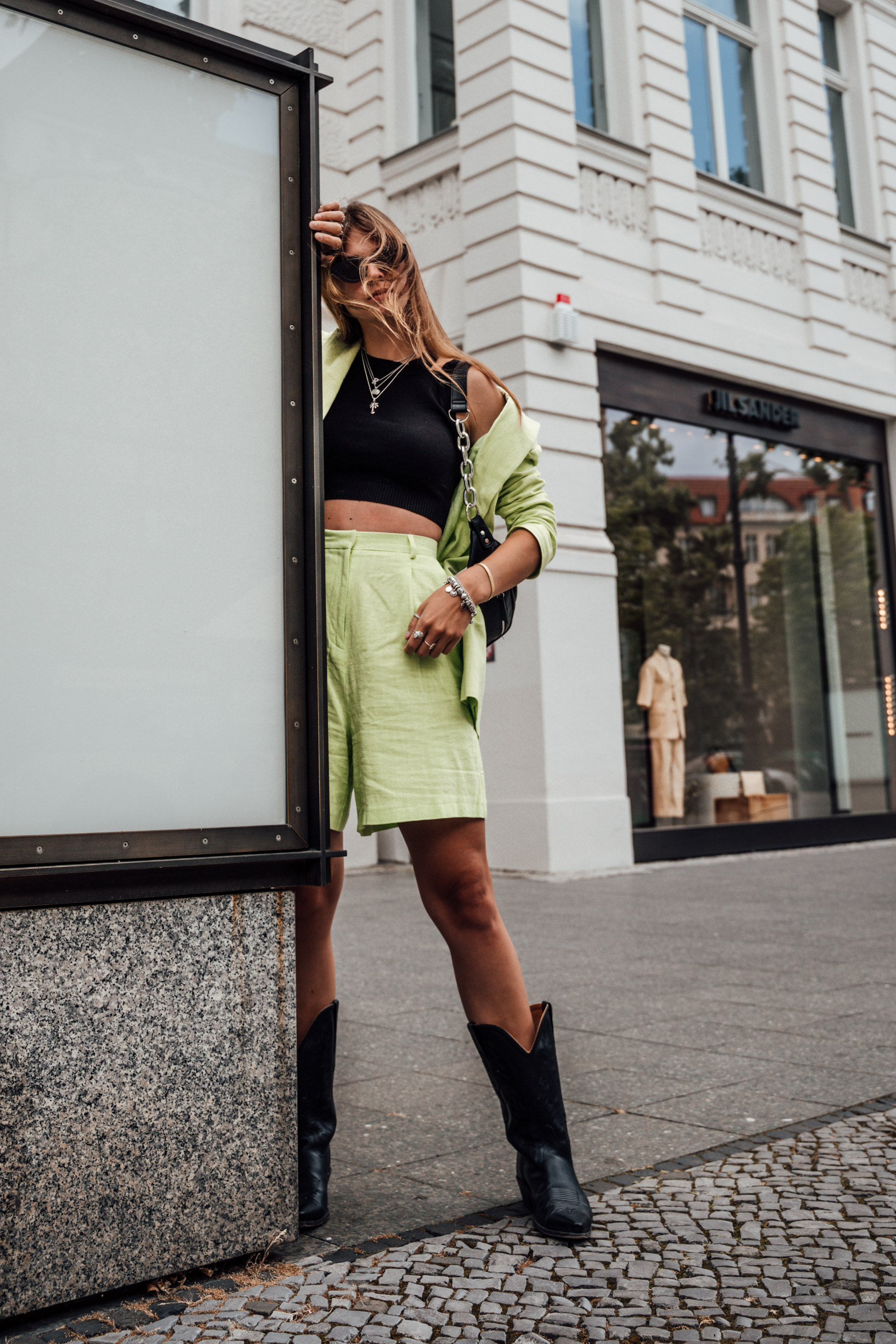How to wear a neon green suit in summer || Fashionblog Berlin