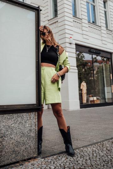 Wie trägt man einen neongrünen Zweiteiler
