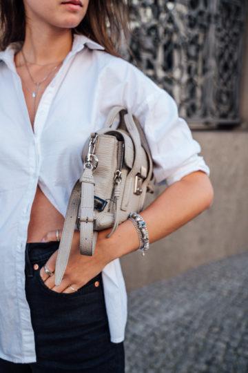 Wie kombiniert man eine graue Tasche