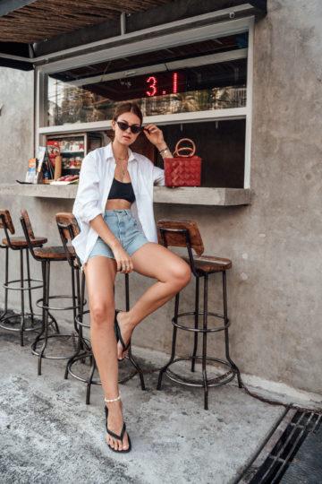 Weißes Shirt kombiniert mit Bikinitop in Bali
