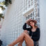 Denim Shorts kombiniert mit Crop Top und Adiletten in Bali